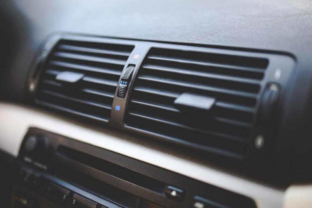 Czyszczenie klimatyzacji w samochodzie